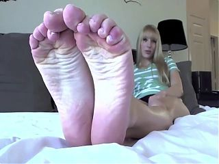 For all the sexy feet lovers out there